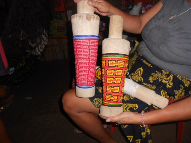 De beenkralen worden geregen op een model van het onderbeen in hout.