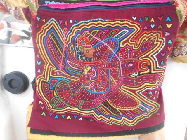 Onze eerste mola, een kunstwerkje gemaakt met naald en draad en een heleboel lapjes.