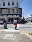 Een Bermudakantoorklerk trekt een nette korte broek aan met kniekousen en gepoetste nette schoenen.