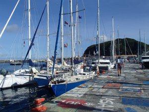 Op de marina van Horta is het gebruikelijk dat de bemanning van alle schepen een straatschildering achterlaat. Die van Mauyva is er nog niet.