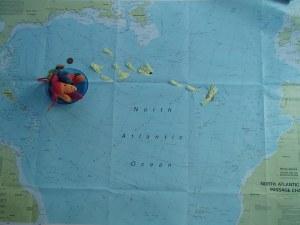 Kaart van de oceaan met daarop de namen en posities van de boten in het radionet.