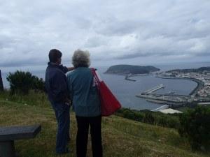 Krina en Lutz kijken uit over de haven van Horta, waar onze schepen voor anker liggen.