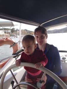 Frederike met dochter Lora in de kuip: Lora wordt nu al getraind als stuurvrouw zodat ze later met oma kan gaan varen.