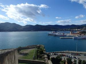 Onze ankerbaai gezien vanaf het grote fort dat om de hoofdstad Portoferraio.