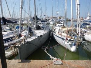De autoband tussen de boten en de manier waarop de lijnen zitten, voorkomen dat de Spray en de Barracuda tegen de kade gesmeten worden.