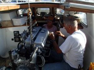Krina en Lutz hebben op hun beurt ook heel goede vrienden die helpen met grote projecten, zoals Irwin, die kwam logeren om de motor te installeren.